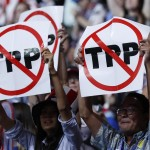 Delegates protesting against the Trans Pacific Partnership (TPP) trade agreement hold up signs during the first sesssion of the Democratic National Convention in Philadelphia, Pennsylvania, U.S. July 25, 2016. REUTERS/Mark Kauzlarich  - RTSJLKA